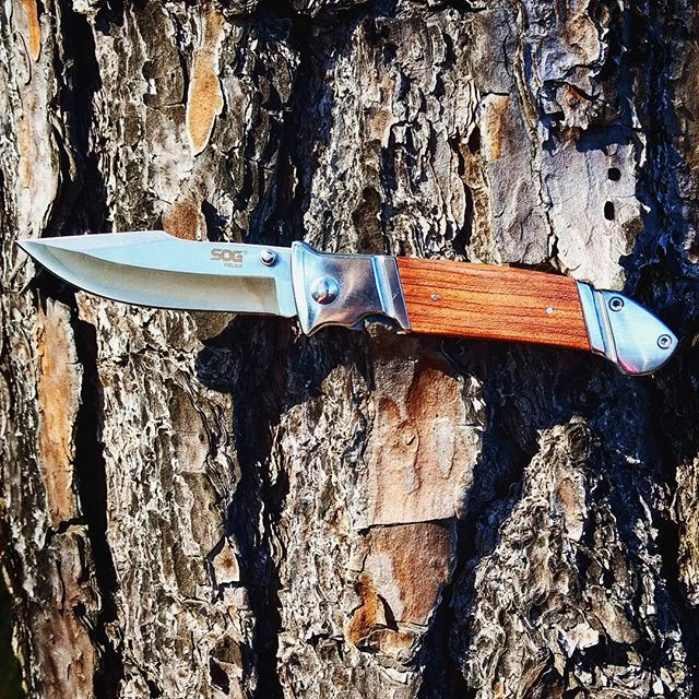SOG Fielder Knife FF30-CP. Stainless steel blade,  wood overlayed handle, and liner lock which holds the blade in place. #SOG #stainlesssteel #linerlock #wood #overlays #FF30-CP