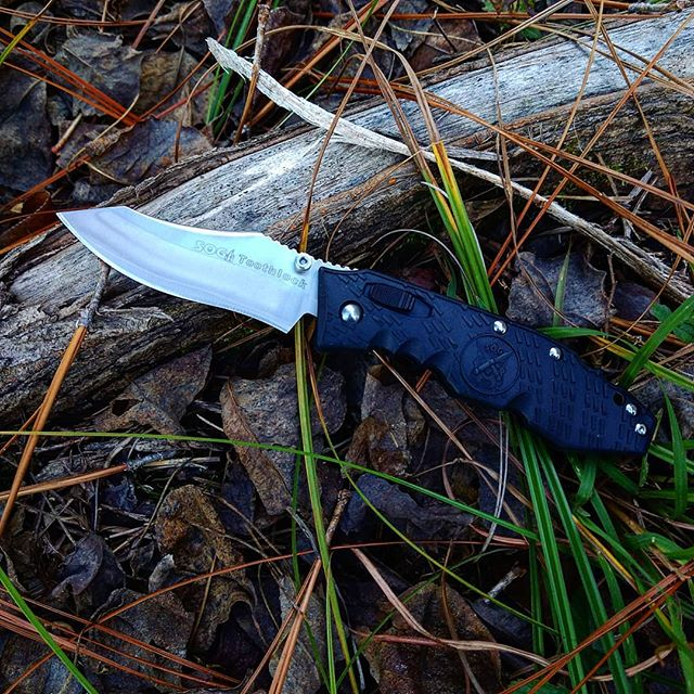 SOG toothlock knife TK-01. This is a one of a kind knife that has a locking mechanism in the handle which pops the blade out for easy opening! #sog #toothlock  #knife #zytel #texture #grooves #TK-01