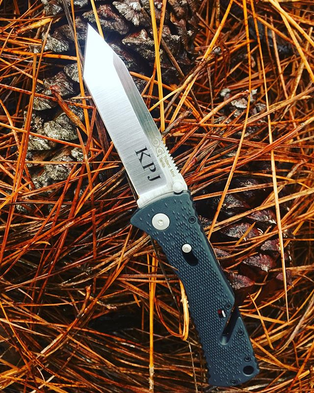 ŚOG Mini Trident II Tanto Knife TF-26/TF26-CP.  Open slot in Handle allows you to cut things without opening the blade- Looks great engraved! #trident #TF-26 #tanto